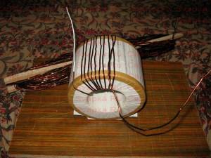Укладка провода на сердечник сварочного трансформатора.