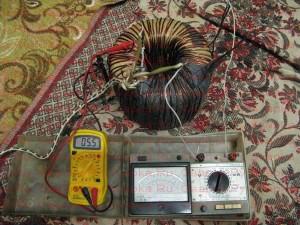 Испытание тороидального трансформатора в форсированном режиме.