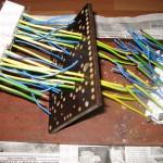 Вставляем провода в колодки и просовываем через отверстия