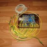 Соединяем согласно схемы и помечаем провода