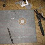 Вырезаем вентиляционную решетку от блока питания и примеряем