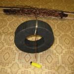 Наматываем провод на челнок, закрепляем первый отвод
