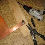 Берем текстолит, сверлим отверстие закрепляем болт с шайбами