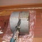 Аккуратно ножницами по металлу удаляем саморезы