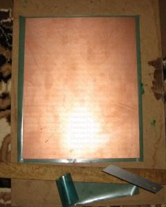 Вырезанный фоторезист по размеру печатной платы