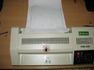 Прокатываем печатную плату с фоторезистом через ламинатор